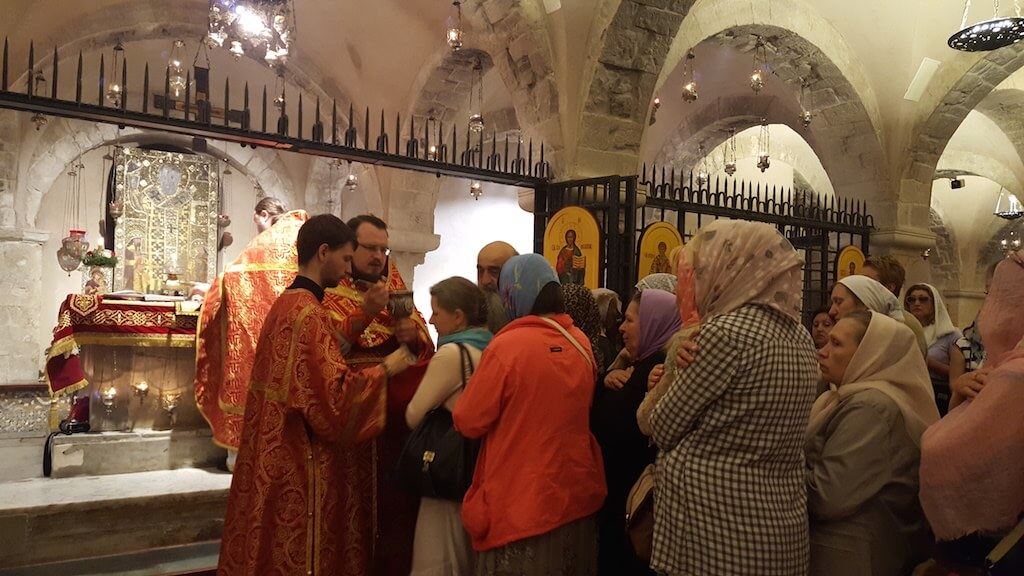 Очередь на причастие в крипте базилики в Бари
