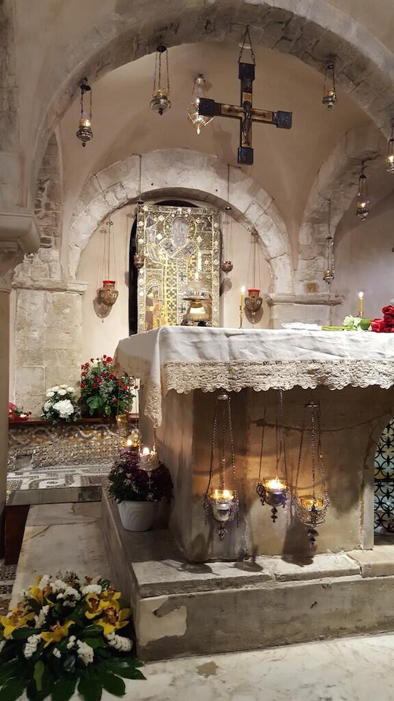 Гробница Святителя Николая в крипте базилики