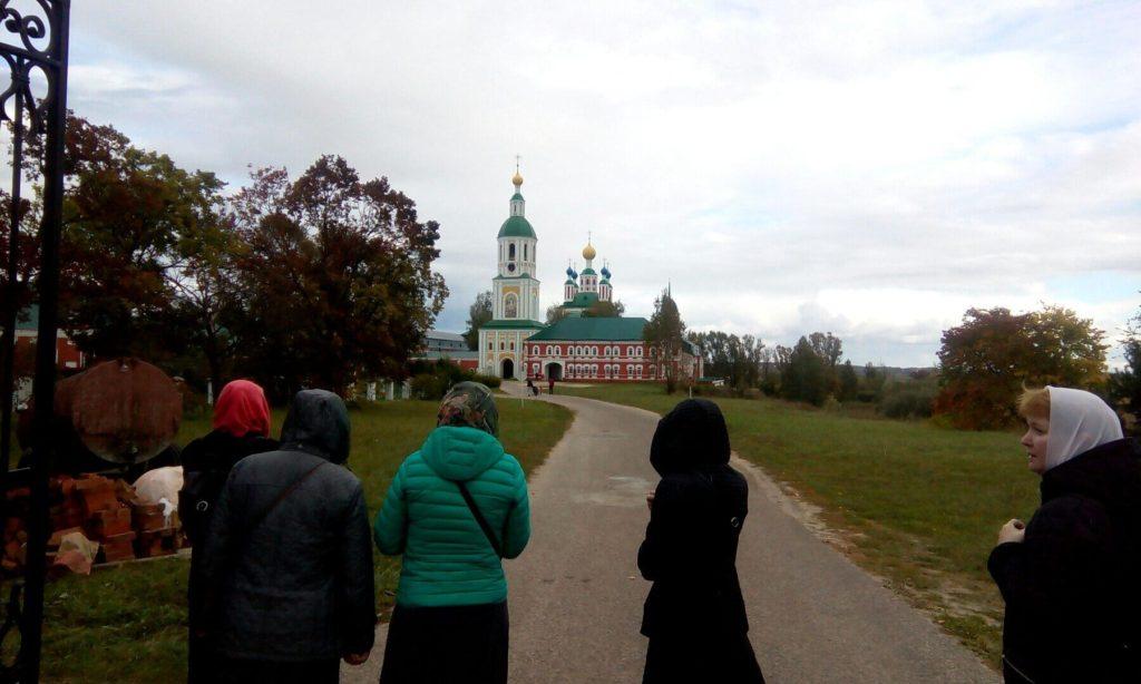 Паломники направляются к Санаксарскому монастырю