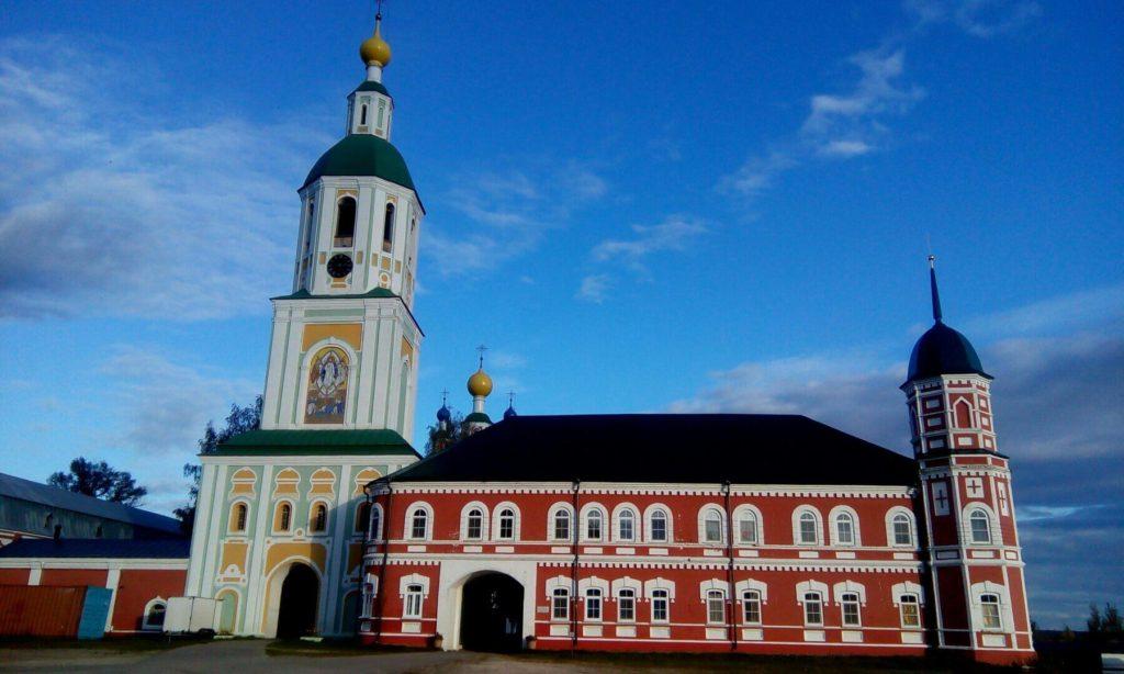 Санаксарский монастырь. Колокольня с церковью Спаса Преображения. Красное здание справа — монастырская постройка. За ним виднеются купола церкви Рождества Пресвятой Богородицы.