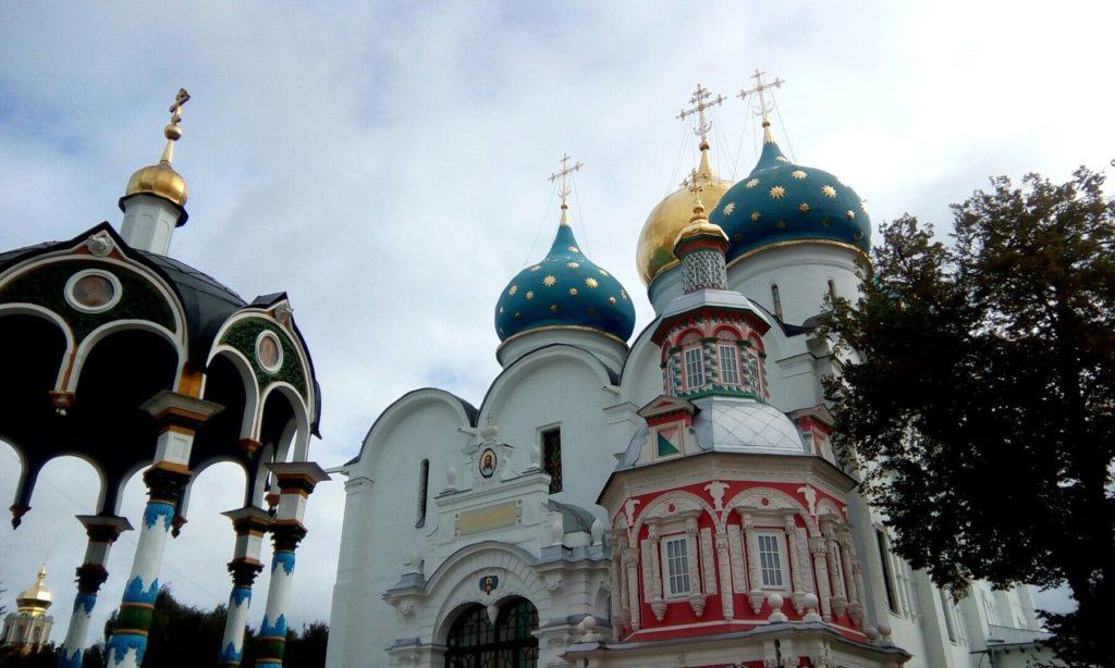 Троице-Сергиева Лавра. Слева Водосвятная часовня-сень. Справа Надкладезная часовня. За часовней Собор Успения Пресвятой Богородицы.