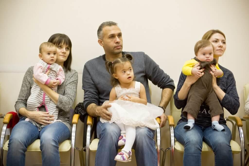 Родители и дети смотрят представление
